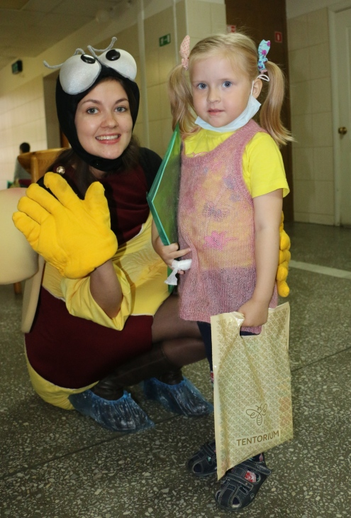 Потом наша Пчёлка вручила всем подарки: детскую пасту «Пчелография», комикс и раскраску про Ренату и диск с приключениями Ренаты и Пчёлки Жу-Жу.