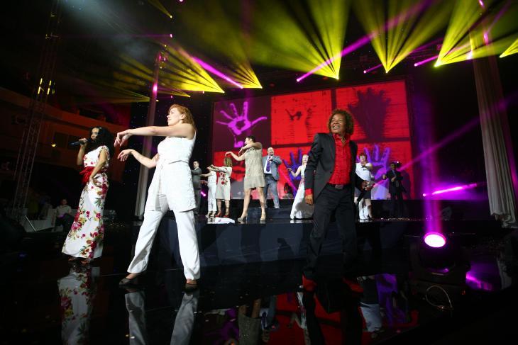 Апофеозом первого дня большого фестиваля стало грандиозное шоу, которое сделали сами гости — под живое исполнение группы Ottawan вся арена поднялась на ноги и затанцевала в едином порыве!