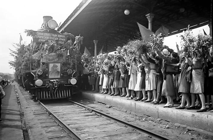 В мае и июне 1945 года советских воинов-освободителей, возвращавшихся домой, повсюду встречали ветками сирени