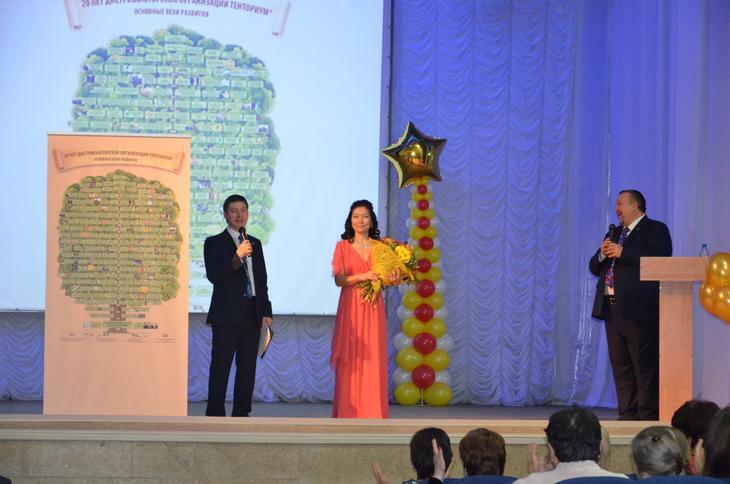 В качестве подарка Команда Центрального Офиса вручила новосибирским Дистрибьюторам Древо жизни, созданное в честь 20-летия Дистрибьюторской организации ТЕНТОРИУМ