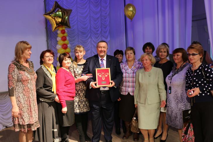 В свою очередь, в подарок от благодарных Дистрибьюторов Новосибирска Президенту Компании была вручена золотая пчела, вышитая вручную