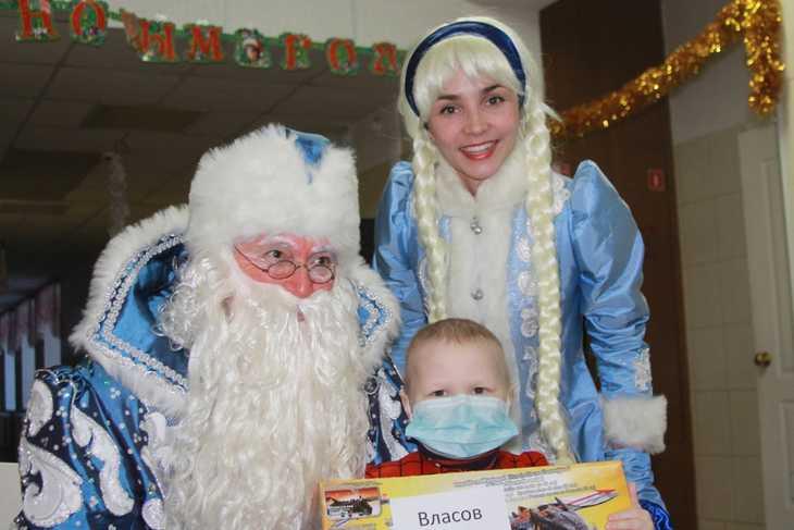 Трепещущие, взволнованные и нарядные они ждали Деда Мороза со Снегурочкой