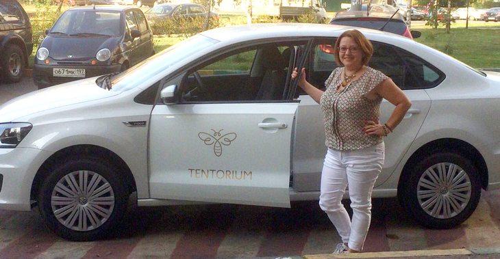 Белый брендированный Volkswagen, доставшийся Галине Тюхиной благодаря автопрограмме ТЕНТОРИУМ®, уже сейчас превратился из роскошного средства передвижения в рабочий инструмент развития продаж!