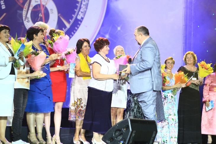 Президент иОснователь компании ТЕНТОРИУМ® Раиль Хисматуллин вручает часы абсолютному победителю Промоушна Нине Сосниной