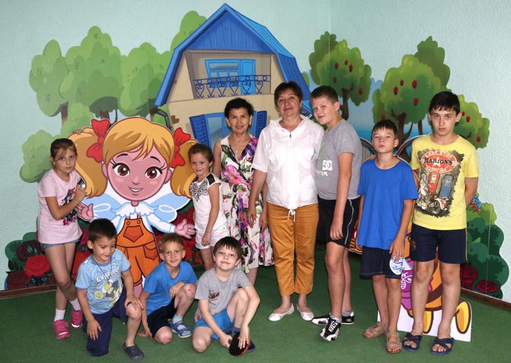 «Мылюбим работать сдетьми!»— Ляззат Каримова (вцентре слева) иЛюбовь Глазкова (вцентре справа) вдетском уголке курорта ТЕНТОРИУМ SPA Секреты успеха