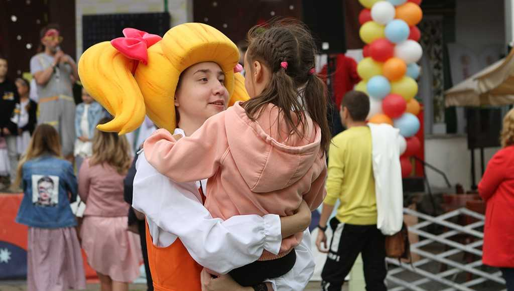 Герои «Пчелографии» подружились с сотнями мальчишек и девчонок на фестивале в Измайловском Кремле