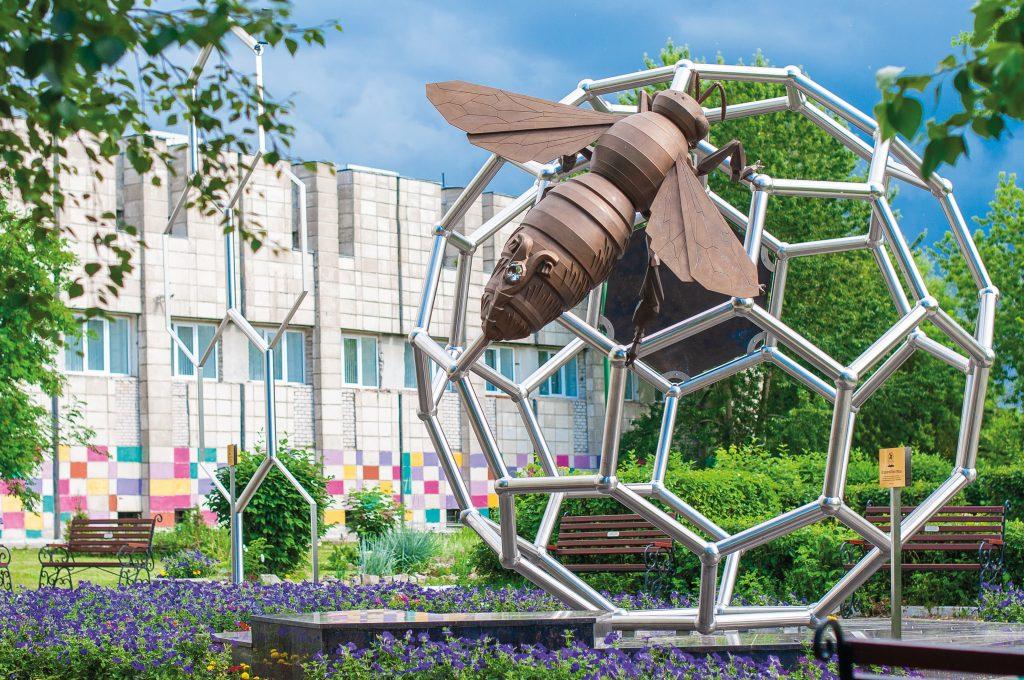 Место, где сбываются мечты. К монументу Её величеству Пчеле ТЕНТОРИУМ® приезжают за здоровьем, счастьем и благополучием